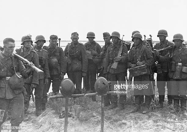 German troops mourn fallen comrades during the invasion of Russia in World War II