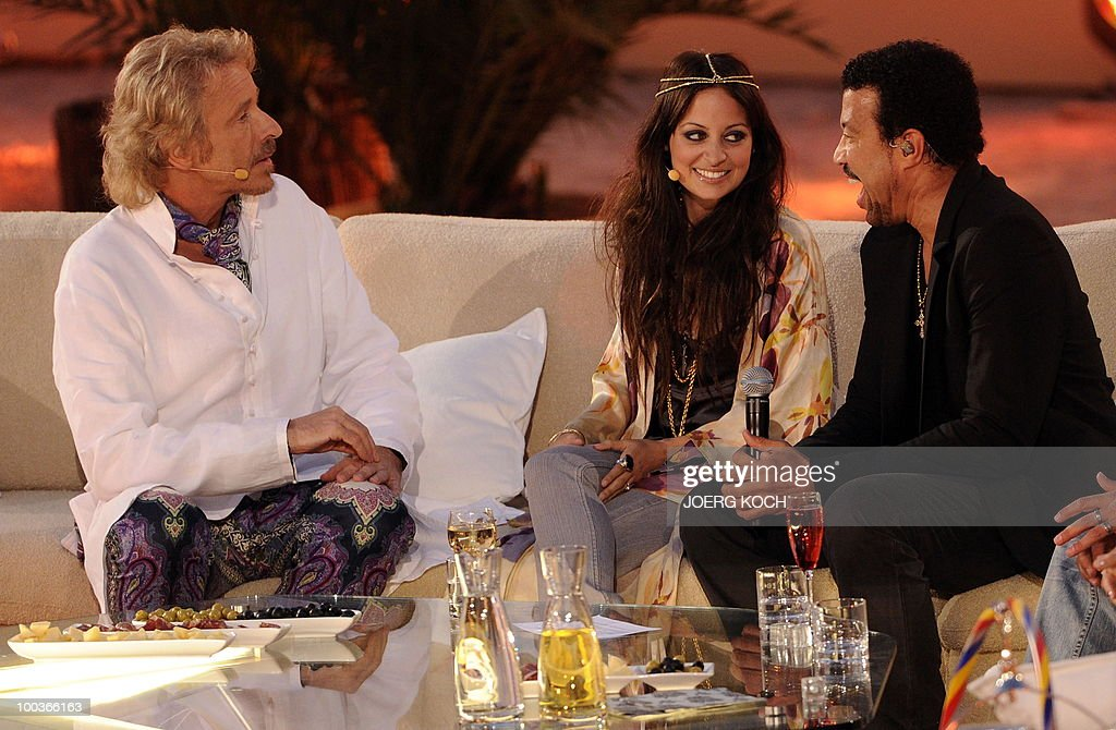 German tv-host Thomas Gottschalk (L) talks with US singer Lionel Richie and his daughter Nicole Richie during the television show 'Wetten, dass..?' (Let's Make a Bet) at the 'Coliseo Balear' bull fighting arena in Palma de Mallorca on the Balaeric Island of Mallorca on May 23, 2010.