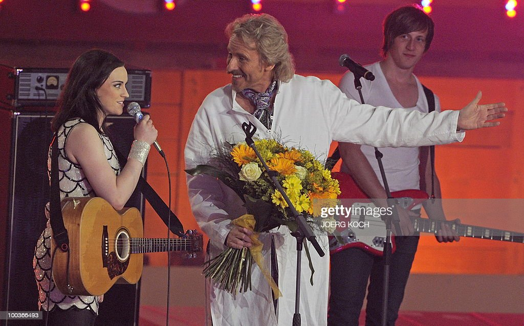 German tv-host Thomas Gottschalk (C) talkst with Scottish singer songwriter Amy Macdonald during the television show 'Wetten, dass..?' (Let's Make a Bet) at the 'Coliseo Balear' bull fighting arena in Palma de Mallorca on the Balaeric Island of Mallorca on May 23, 2010.