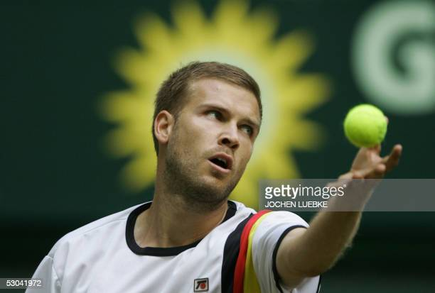 Alexander Waske of Germany prepares to serve the ball to Juan Carlos Ferrero of Spain during the Gerry Weber Open tennis tournament 09 June 2005 in...