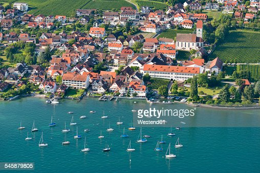 Germany, Baden-Wuerttemberg, Lake Constance, Hagnau, aerial view of town and boats in water