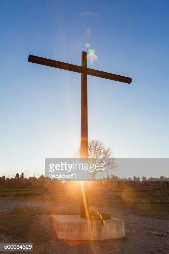 Germany, Baden-Wuerttemberg, Stuttgart, Birkenkopf, Truemmerberg, summit cross against the sun