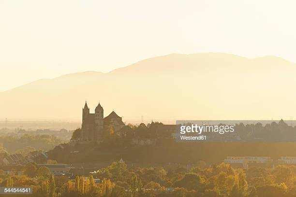 Germany, Baden-Wuerttemberg, view to Breisach with minster at haze