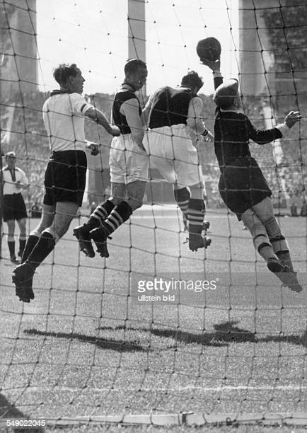 preparation match for the World Cup at Berlin Olympic Stadium goal keeper Rudolf Raftl at defense
