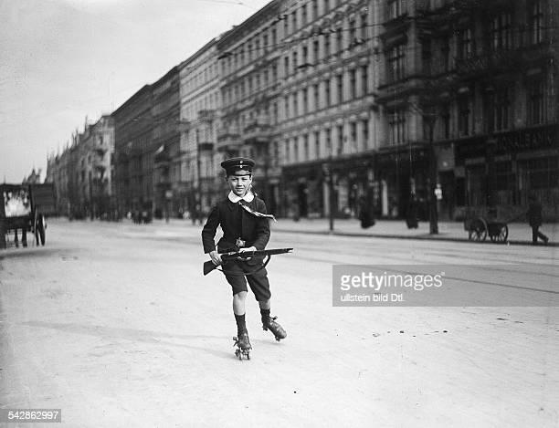 Germany Berlin street scene little boy in sailor suit skating date unknown probably 1910published Praktische Berlinerin 32/1910 Hausfrau 32/1910photo...