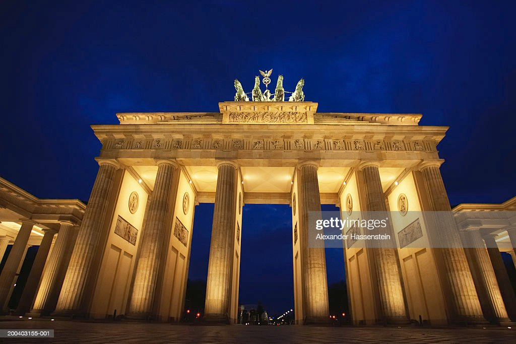 Germany berlin the brandenburg gate night stock photo for Porte de brandebourg