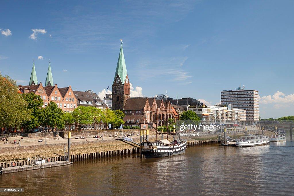 Germany, Bremen, view to boardwalk Schlachte, Saint Martin's Church and Martini landing pier