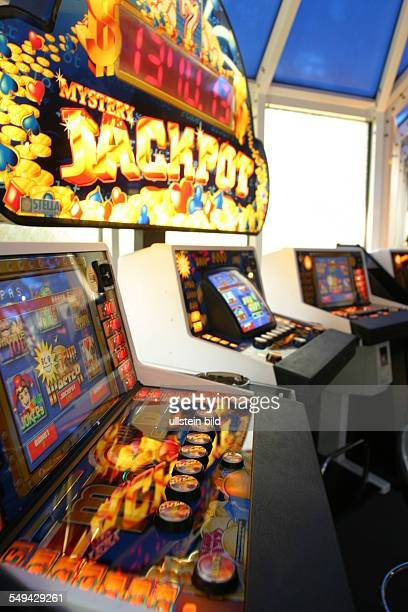 Amusement arcade/Gambling den Look at gaming machines