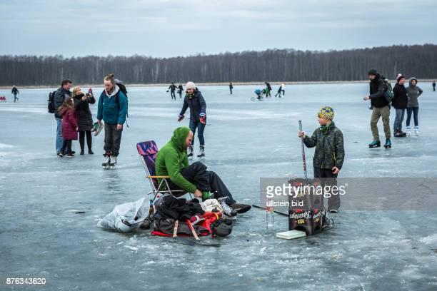 DEU Germany Deutschland Berlin Eishockeyspieler auf dem Gorinsee