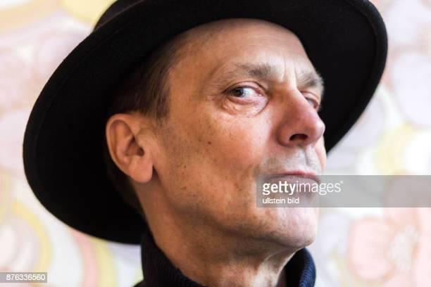 DEU Germany Deutschland Berlin Porträt des des Schriftstellers Thomas Worch