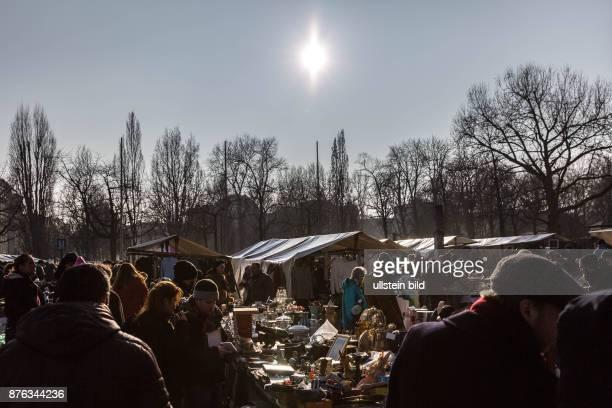 DEU Germany Deutschland Berlin Stände eines Flohmarktes vor dem Rathaus Schöneberg im Gegenlihct der Wintersonne