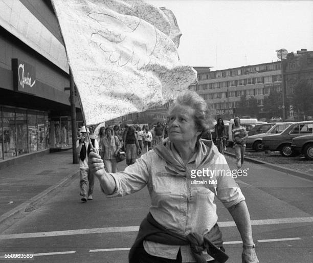 DEU Germany Duisburg Tegelen Peace march of women from Dortmund to Brussels The women wanted to protest against the NATO retrofitting