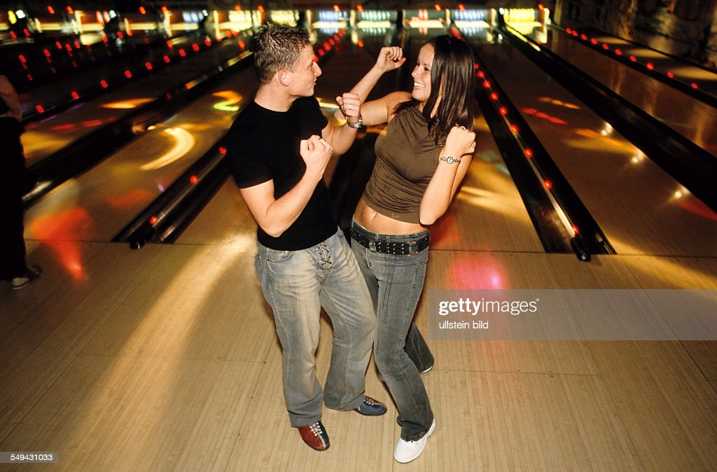 Free time.- Young persons bowling; at the bowling alley.