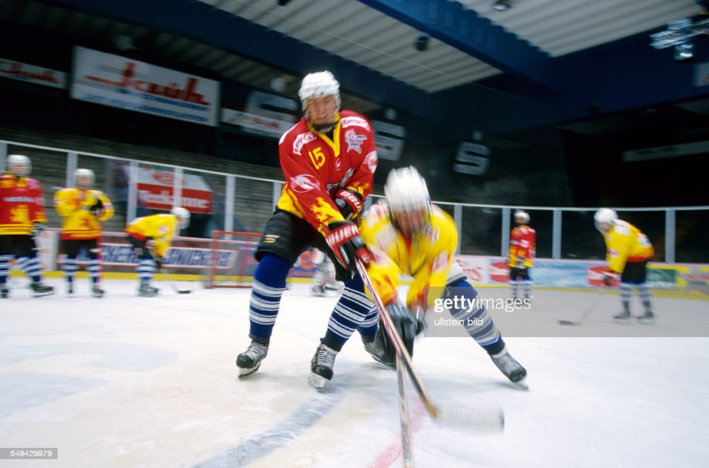 Free time.- Young persons playing ice hockey.