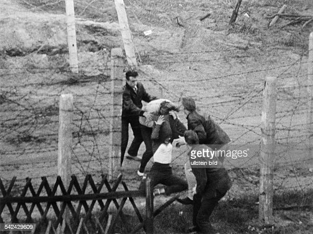 Germany / GDR Berlin Refugees passing the border from Pankow to Reinickendorf The EastGerman border guards did not interfere September 1961