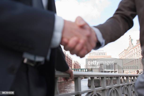 Germany, Hamburg, Businessmen shaking hands, close-up