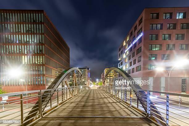 Germany, Hamburg, pedestrian Bridge between Speicherstadt and Hafencity at night