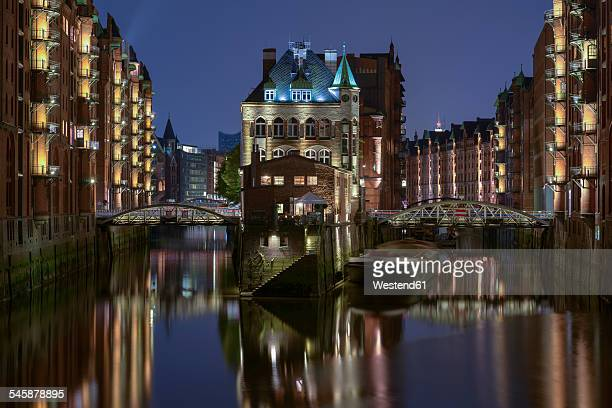 Germany, Hamburg, Wandrahmsfleet at old warehouse district by night