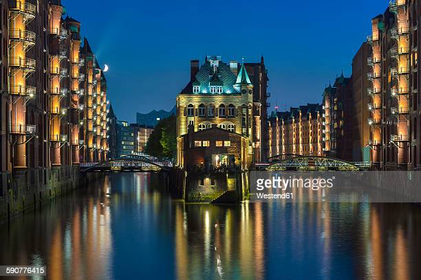 Germany, Hamburg, Wandrahmsfleet in the historic warehouse district in the evening