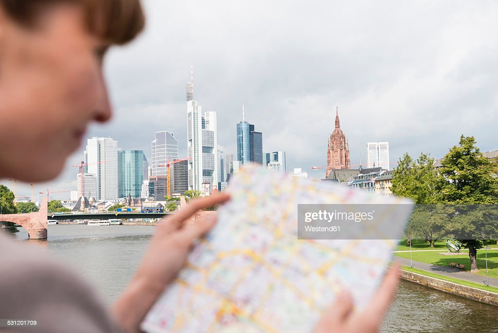 Germany, Hesse, Frankfurt, businesswoman reading city map : Stock-Foto