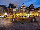Germany, Hesse, Frankfurt, Roemerberg, Fountain of Justice at dusk