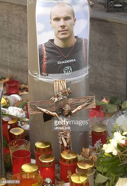 Germany Lower Saxony Hannover mourning for Robert Enke goalkeeper of Bundesliga club Hannover 96 and the German national team photo of the deceased...