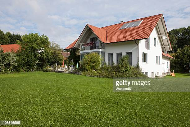 Germany, Munich, View of house with garden