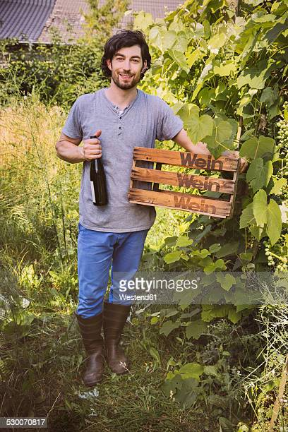 Germany, Northrhine Westphalia, Bornheim, Man in vinyard