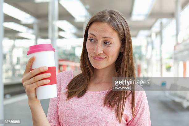 Germany, North-Rhine-westphalia, Duesseldorf, Young woman holding coffee cup