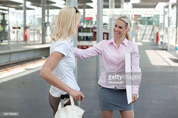 Germany, North-Rhine-Westphalica, Duesseldorf, Two businesswomen at platform