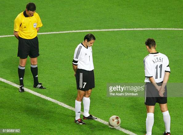 Germany players observe a minute of silence for late former footballer Fritz Walter prior to the FIFA World Cup Korea/Japan quarter final match...
