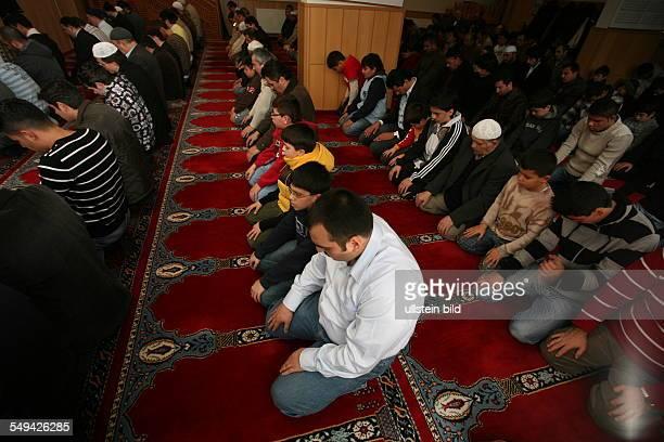 DEU Germany Yildiray Kara 34 years police inspector with turkish origin Friday prayer in the mosque Yildiray Kara in the prayer room