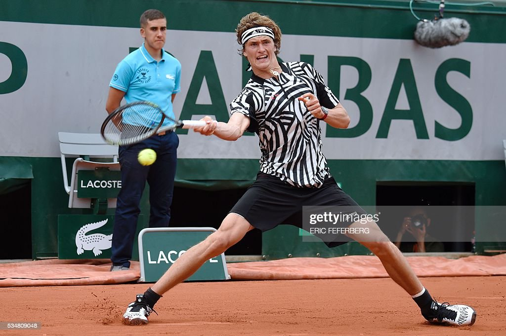 Germany's Alexander Zverev returns the ball to Austria's Dominic Thiem during their men's third round match at the Roland Garros 2016 French Tennis Open in Paris on May 28, 2016. / AFP / Eric FEFERBERG