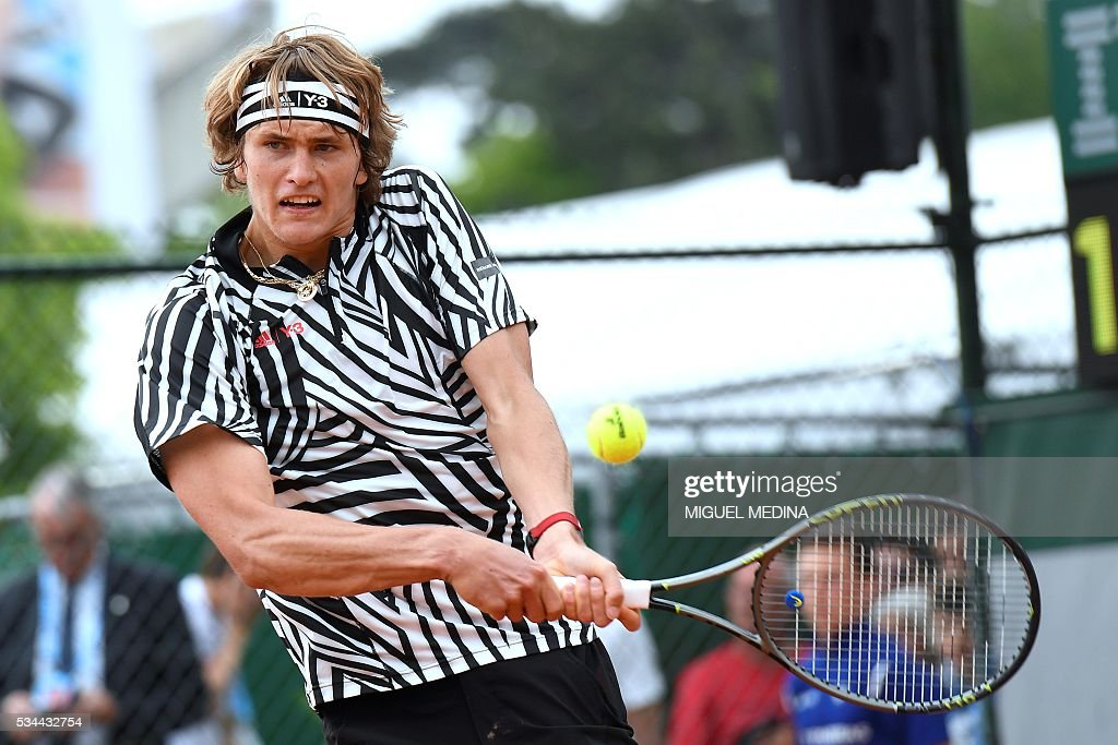 Germany's Alexander Zverev returns the ball to France's Stephane Robert during their men's second round match at the Roland Garros 2016 French Tennis Open in Paris on May 26, 2016. / AFP / MIGUEL
