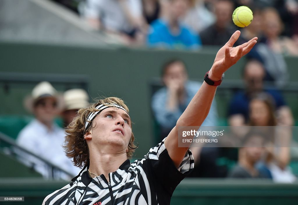 Germany's Alexander Zverev serves the ball to Austria's Dominic Thiem during their men's third round match at the Roland Garros 2016 French Tennis Open in Paris on May 28, 2016. / AFP / Eric FEFERBERG