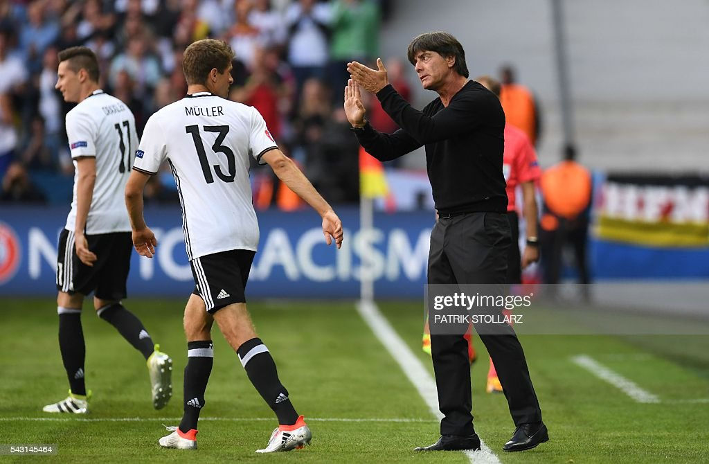 Germany's coach Joachim Loew (R) gives instructions to Germany's midfielder Thomas Mueller during the Euro 2016 round of 16 football match between Germany and Slovakia at the Pierre-Mauroy stadium in Villeneuve-d'Ascq near Lille on June 26, 2016. / AFP / PATRIK