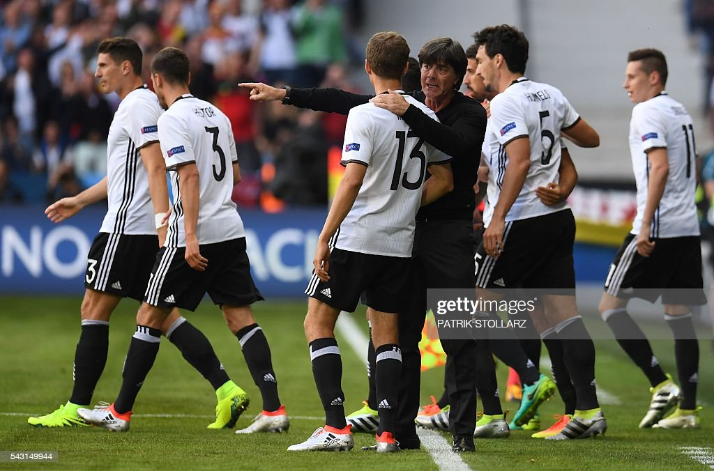 Germany's coach Joachim Loew (C-R) gives instructions to Germany's midfielder Thomas Mueller (C-L) during the Euro 2016 round of 16 football match between Germany and Slovakia at the Pierre-Mauroy stadium in Villeneuve-d'Ascq near Lille on June 26, 2016. / AFP / PATRIK
