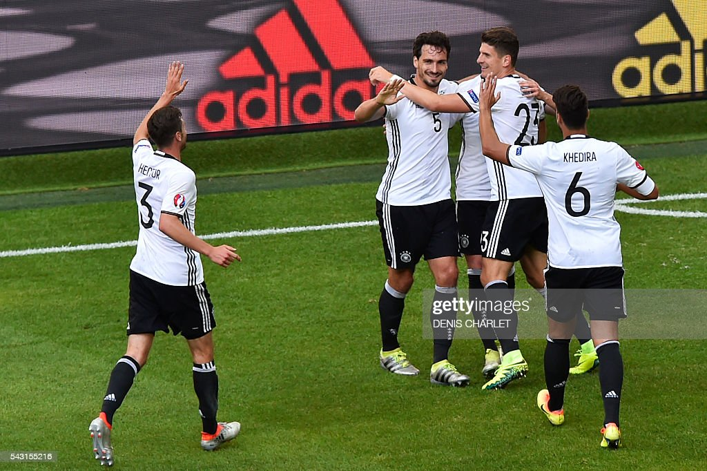 Germany's defender Jonas Hector, Germany's defender Mats Hummels, Germany's forward Mario Gomez and Germany's midfielder Sami Khedira celebrate after Germany's midfielder Julian Draxler scored during the Euro 2016 round of 16 football match between Germany and Slovakia at the Pierre-Mauroy stadium in Villeneuve-d'Ascq, near Lille, on June 26, 2016. / AFP / DENIS