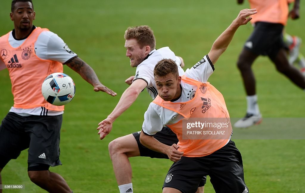 Germany's defender Joshua Kimmich (R) and Germany's midfielder Andre Schuerrle (C) vie for the ball during a training session on May 31, 2016 in Ascona as part of the team's preparation for the upcoming Euro 2016 European football championships. / AFP / PATRIK