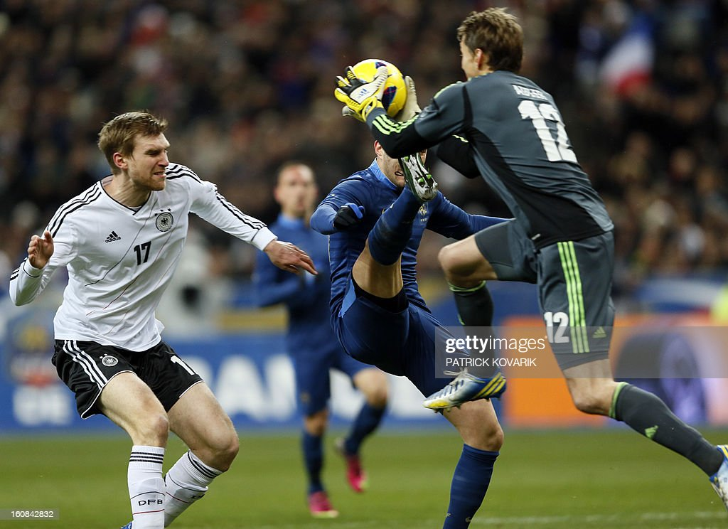 Germany's goalkeeper Rene Adler (R) catches the ball in front of France's forward Karim Benzema (C) and Germany's defender Per Mertesacker during a friendly international football match between France and Germany on February 6, 2013 at the Stade de France in Saint-Denis, near Paris. AFP PHOTO / PATRICK KOVARIK