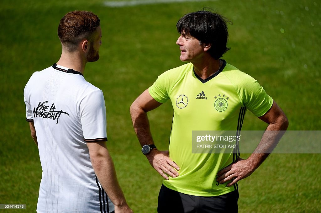 Germany's head coach Joachim Loew (R) speaks to midfielder Skodran Mustafi during a training session as part of the team's preparation for the upcoming Euro 2016 European football championships, on May 26, 2016 in Ascona. / AFP / PATRIK