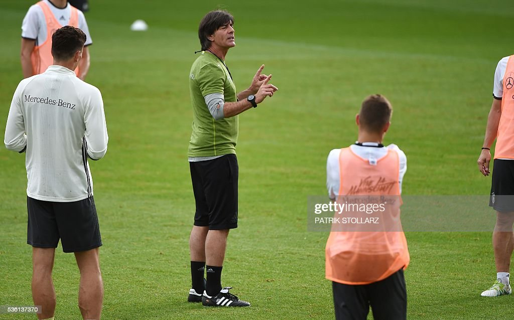 Germany's head coach Joachim Loew speaks to players during a training session on May 31, 2016 in Ascona as part of the team's preparation for the upcoming Euro 2016 European football championships. / AFP / PATRIK