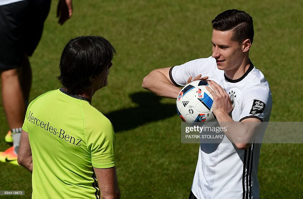 Germany's head coach Joachim Loew talks to Germany's midfielder Julian Draxler during a training session as part of the team's preparation for the upcoming Euro 2016 European football championships, on May 26, 2016 in Ascona. / AFP / PATRIK