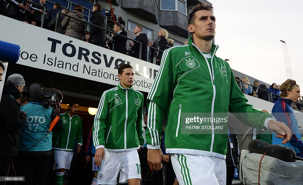 Germany's midfielder Julian Draxler (L) and Germany's striker Miroslav Klose arrive for the FIFA World Cup 2014 qualifying football match Faroe Island vs Germany in Torshavn on September 10, 2013. AFP PHOTO / PATRIK STOLLARZ