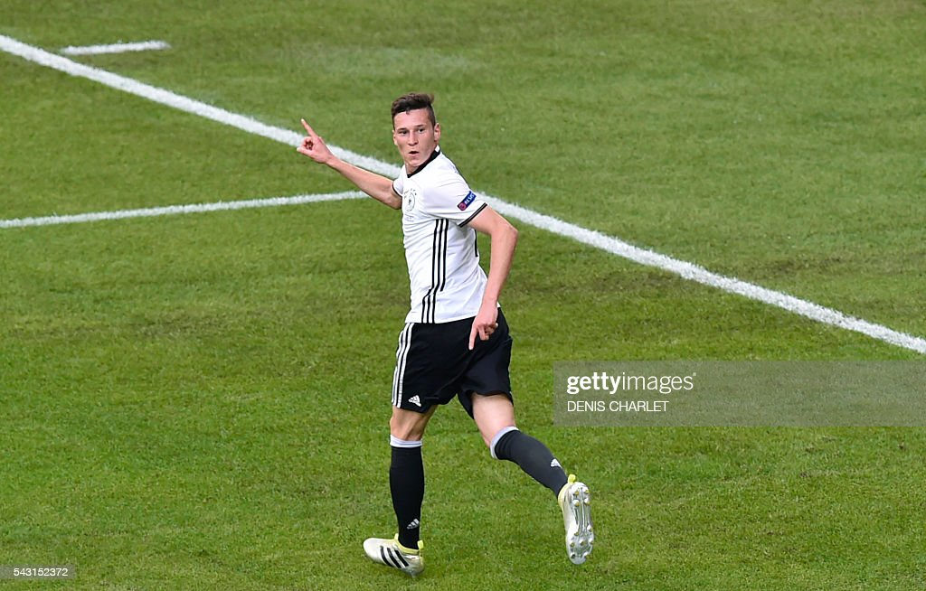 TOPSHOT - Germany's midfielder Julian Draxler celebrates after scoring during the Euro 2016 round of 16 football match between Germany and Slovakia at the Pierre-Mauroy stadium in Villeneuve-d'Ascq, near Lille, on June 26, 2016. / AFP / DENIS
