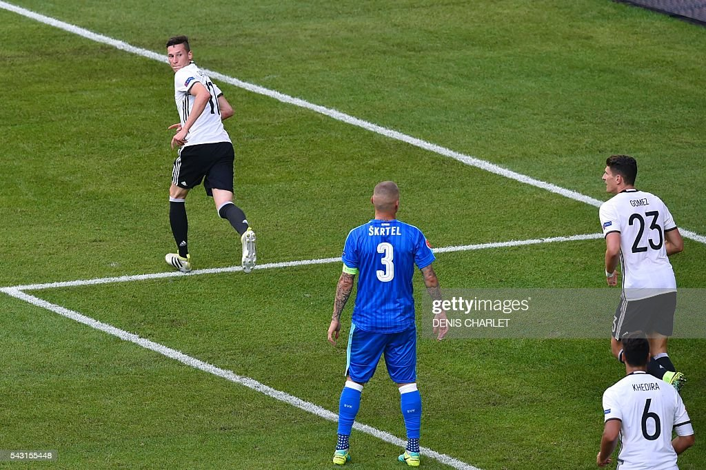 Germany's midfielder Julian Draxler (L) celebrates after scoring during the Euro 2016 round of 16 football match between Germany and Slovakia at the Pierre-Mauroy stadium in Villeneuve-d'Ascq, near Lille, on June 26, 2016. / AFP / DENIS