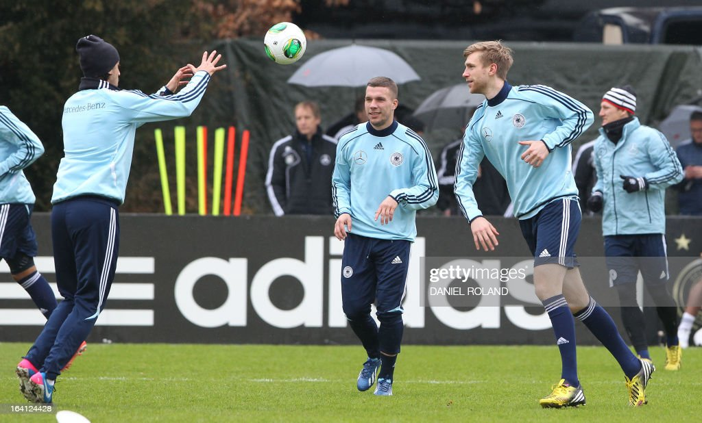 Germany's midfielder Lukas Podolski (C) attends a training session of the German national football team prior to the World Cup qualifier against Kazakhstan in Frankfurt, Germany, on March 20, 2013. AFP PHOTO / DANIEL ROLAND