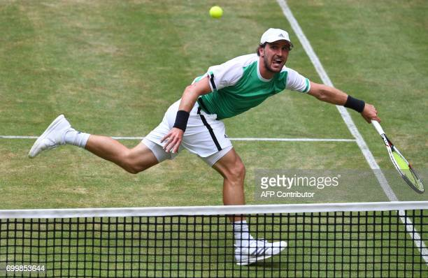 Germany's Mischa Zverev returns the ball to Switzerland's Roger Federer during the ATP tennis tournament in Halle western Germany on June 22 2017 /...