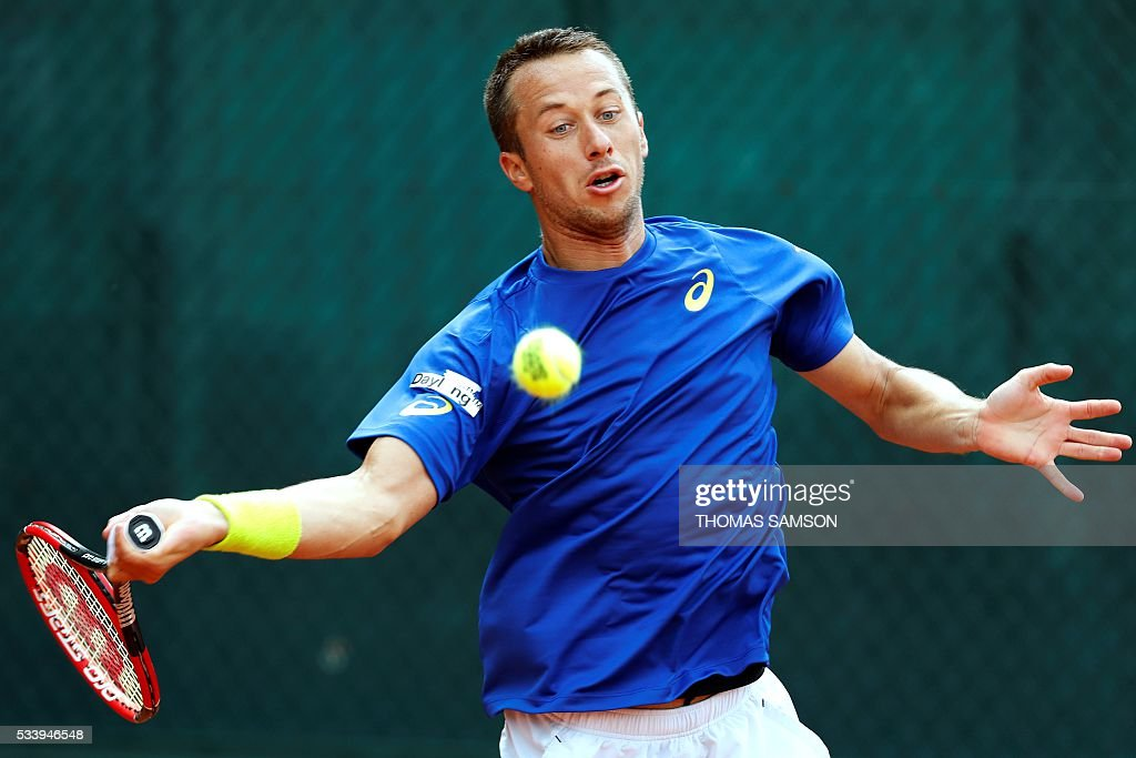 Germany's Philipp Kohlschreiber returns the ball to Spain's Nicolas Almagro during the men's first round match at the Roland Garros 2016 French Tennis Open in Paris on May 24, 2016. / AFP / Thomas SAMSON