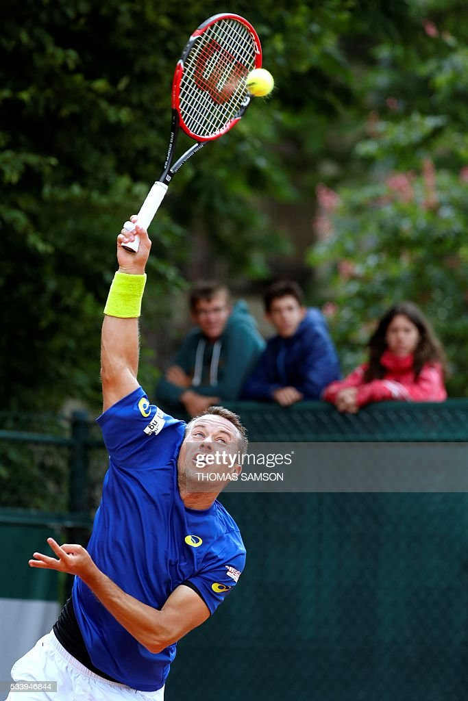 Germany's Philipp Kohlschreiber serves the ball to Spain's Nicolas Almagro during the men's first round match at the Roland Garros 2016 French Tennis Open in Paris on May 24, 2016. / AFP / Thomas SAMSON